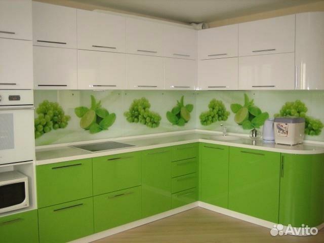Дизайн кухни белая с зеленым