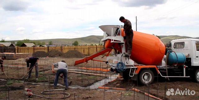 Просмотр ролика как заливают бетон с бетономешательная машина низко наклоняясь